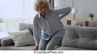 désordre, femme aînée, sentir, obtenir, arrière douleur, haut, sofa
