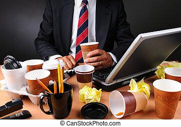 désordre, homme affaires, sien, assis, bureau