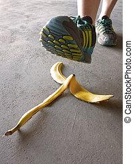 détail, de, personne, marcher, banane pèle, et, glissement