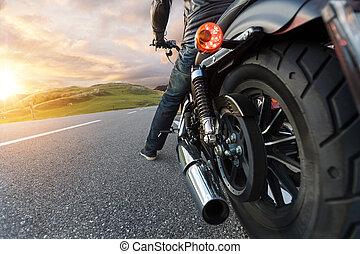 détail motocyclette, conduite, dans, alpin, route