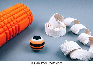détente, ceinture, sortie, sur, ensemble, orange, points, cahoteux, mousse, gris, arrière-plan., fascia, rouleau, masage, balle