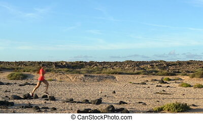 déterminé, femme, paysage, aride, courant