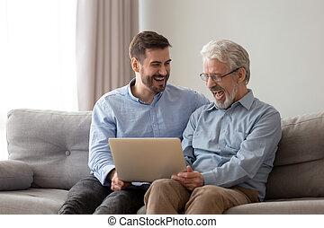 développé, papa, ordinateur portable, ensemble, fils, rire, utilisation, sourire, personne agee