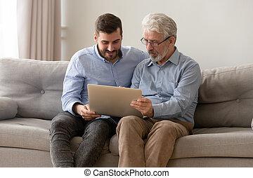développé, papa, ordinateur portable, ensemble, fils, utilisation, maison, personne agee