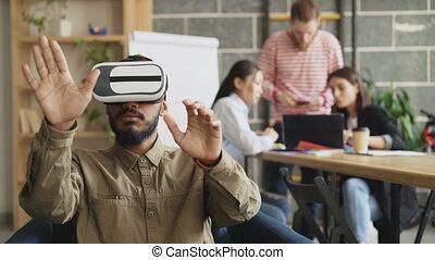 développement, équipe, simulateur, bureau., start-up, essai, américain, réalité virtuelle, projet, discuter, vr, avenir, jeu, africaine, créatif, technologie, homme