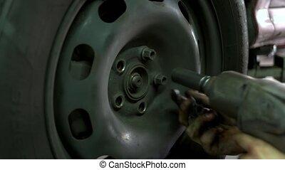 dévisser, grand plan, homme, wheel., voiture