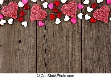 día de valentines, corazón formó, dulce, cima, frontera, en, un, rústico, madera, plano de fondo