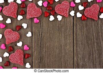 día de valentines, corazón formó, dulce, esquina superior, frontera, en, un, rústico, madera, plano de fondo