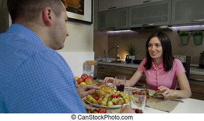 dîner, couple, jeune, ensemble, avoir