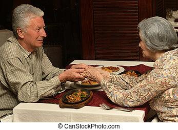 dîner, couple, personne agee, avoir