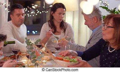 dîner famille, fête, maison, avoir, heureux