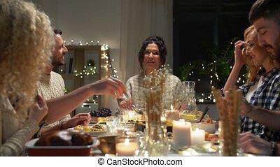 dîner noël, amis, heureux, avoir, maison
