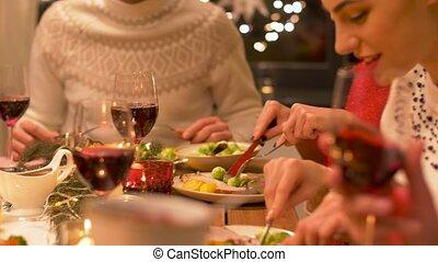 dîner noël, maison, amis, avoir, heureux