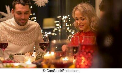 dîner noël, maison, fête, amis, avoir, heureux