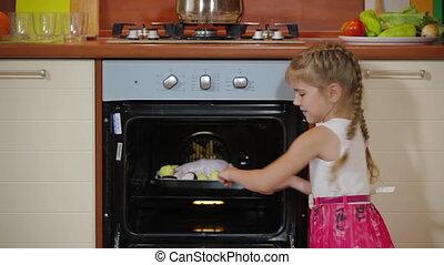 dîner., seul, rôti, électrique, portion, cuire, enfant, petit, cuisine, four, peu, maman, préparation nourriture, girl, fille, cuisine, poulet, savoureux, mignon