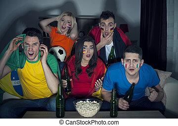 döbbent, barátok, alapján, különböző, ország, őrzés, futballmeccs, képben látható, tv