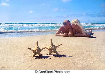 dělat velmi rád pojit, -, blondýnka, eny i kdy osoba, -, ležící, dále, ta, moře, písčina najet na břeh, na, starfishs, a, each other