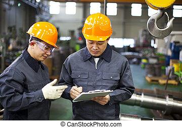 dělníci, továrna