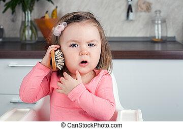 děvče, 2 years old, hraní, s, jeden, hřebelcovat, doma, -, zobrazit, neurč. člen, citový, konverzace, oproti telefonovat