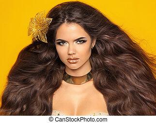 długi, falisty, hair., fason, piękno, dziewczyna, portret, odizolowany, na, żółty