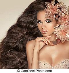 długi, falisty, hair., piękny, pociągający, brunetka, dziewczyna, z, flowers.