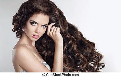 długi, hair., piękny, brunetka, dziewczyna, portret, z, długi, błyszczący, falisty, hairstyle., piękny, wzór, z, kędzierzawy włos, styl, ., fason, biżuteria, set.