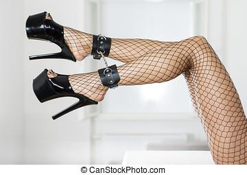 długi, i, sexy, samica, nogi, z, fishnet pończochy, kostka, szturchańce, i, platforma, shoes.