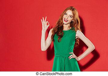 d'accord, dame, projection, jeune, gesture., vert, roux, robe, heureux