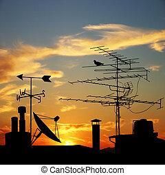 dachenden, mit, satellitenschüssel, und, antennen