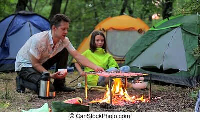 Dad and his daughter are fried on fire sausages. - Family...