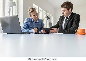 dados, discutir, dois, tabuleta, homens negócios