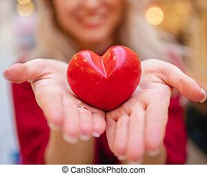 dag, henne, valentinkort, fästen, flicka, kort, räcker, hjärta