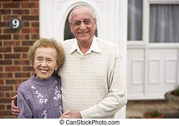 daheim, ältere paare, draußen