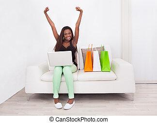 daheim, frau- einkaufen, aufgeregt, online