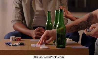 daheim, lächeln, spielende , friends, mann, karten