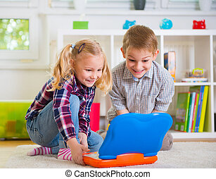 daheim, laptop, glücklich, kinder, spielen