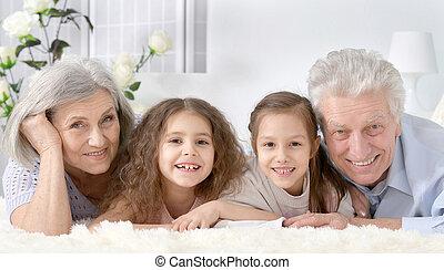 daheim, paar, älter, enkelkinder, glücklich