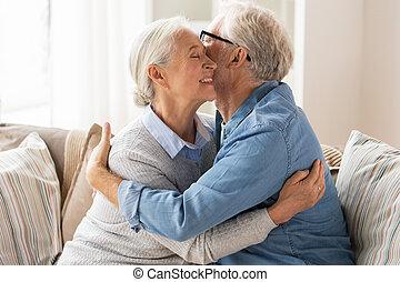 daheim, paar, älter, umarmen, glücklich