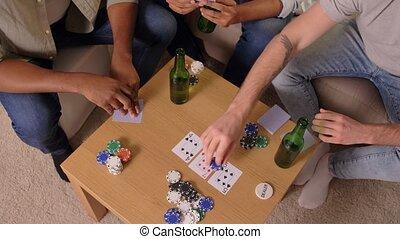 daheim, spielende , friends, mann, karten, lächeln