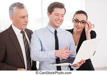 dall'aspetto, affari, persone lavorare, laptop, tre, progetto, fiducioso, mentre, insieme., discutere, qualcosa