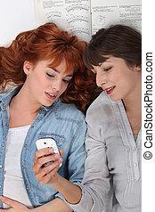 dall'aspetto, cellphone., amici, due