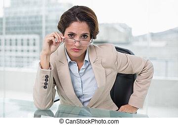 dall'aspetto, donna d'affari, macchina fotografica, dubbio
