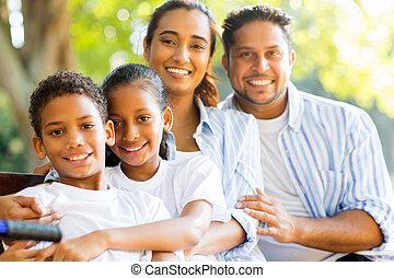 dall'aspetto, macchina fotografica, indiano, famiglia