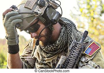 dall'aspetto, soldato, americano, giù
