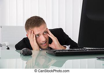 dall'aspetto, uomo affari, computer, spaventato