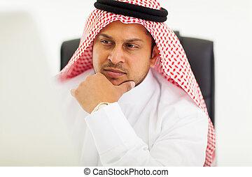 dall'aspetto, uomo affari, schermo, computer, arabo