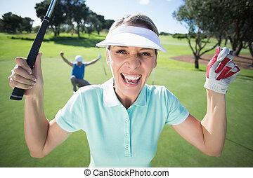 dam golfspelare, glädjande, kamera, med, partner, bak