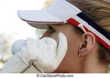 dam golfspelare, med, hand, bredvid, ansikte