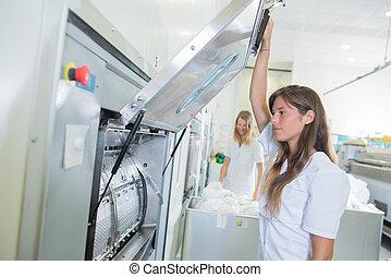 dam, lyftande, öppen dörr, av, maskin, in, professionell, tvättstuga