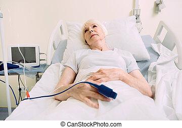 dama, oximeter pulso, jubilado, cama, hermoso, acostado